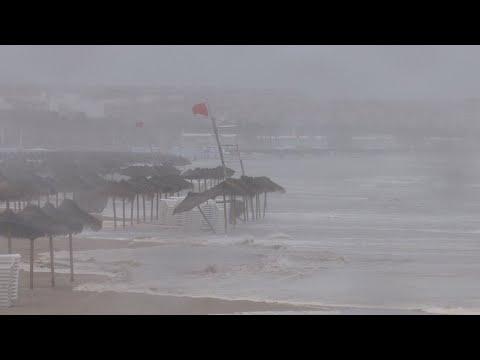 La gota fría se recrudece en el sureste de España, con puertos y escuelas cerrados
