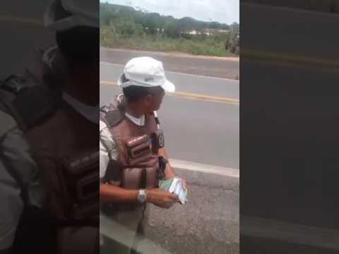 Policial é flagrado aceitando suborno de...