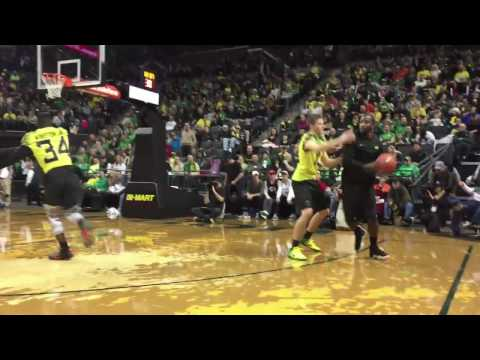 Oregon Ducks football players vs. coaching staff basketball scrimmage