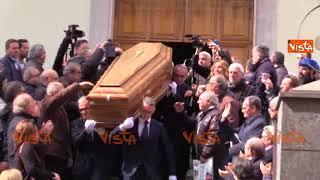Funerali Luigi Necco, il feretro lascia la Chiesa dei Fiorentini