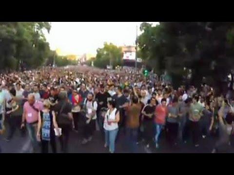В Ереване митингующие двинулись к резиденции президента Армении