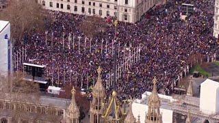 Londra vista dall'alto: un fiume di persone nelle strade per dire no a Brexit