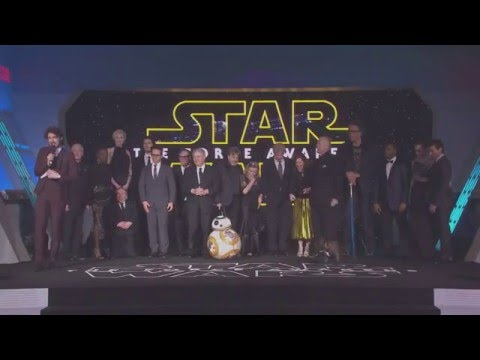 """Carrie Fisher's Dog """"Gary"""" Barks at BB-8  -  Star Wars The Force Awakens European Premiere"""