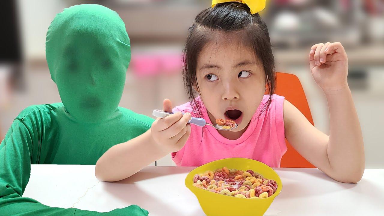 초록색 옷을 입으면 사라져요? 서은이의 투명인간 놀이 시리얼 먹방 Seoeun Pretend Play Invisible man Mukbang