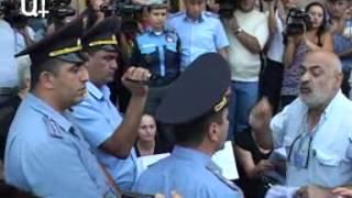 Սերժ Սարգսյանի լուսանկարը պատռվեց