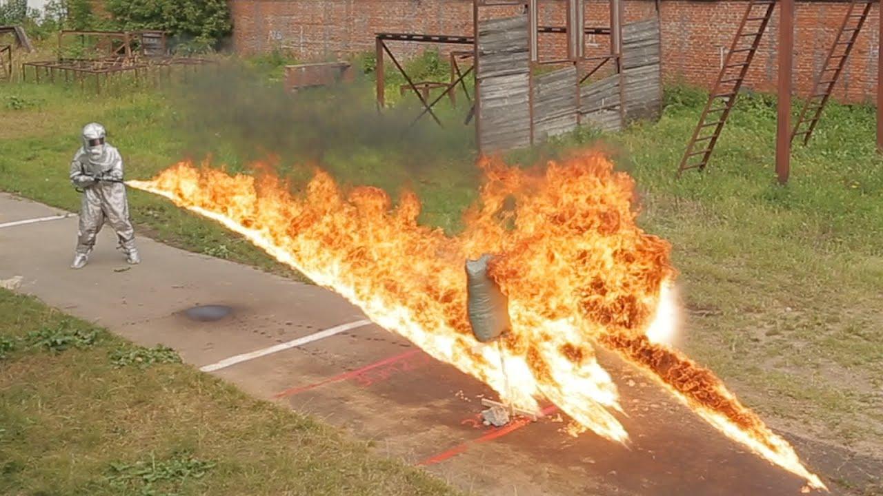 Replika niemieckiego miotacza ognia z okresu II WŚ i współczesne środki gaśnicze