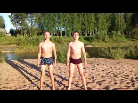 Голые ребята на озере фото человеческое