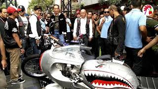 Download Video Dampingi Jokowi Lihat Moge, Ridwan Kamil Sempatkan Bergaya di Motor Hiu Sambil Ganti Kacamata MP3 3GP MP4
