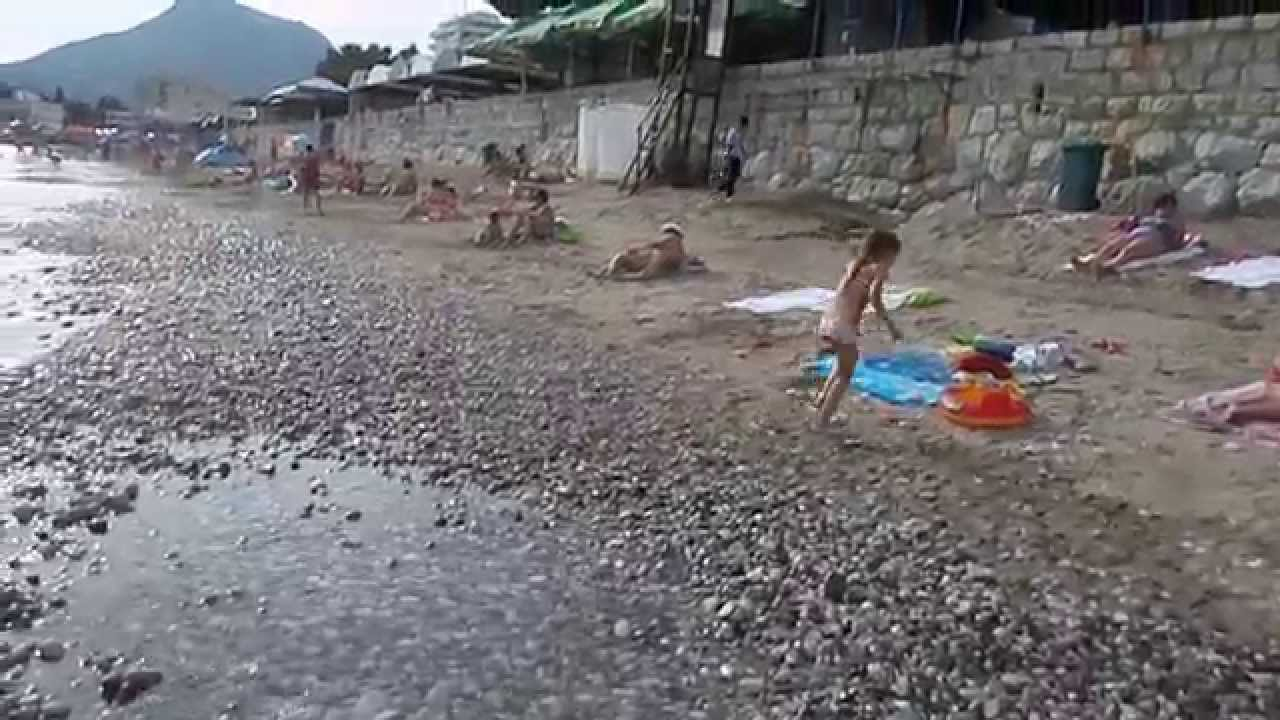 Дети купаются на пляже в Сутоморе