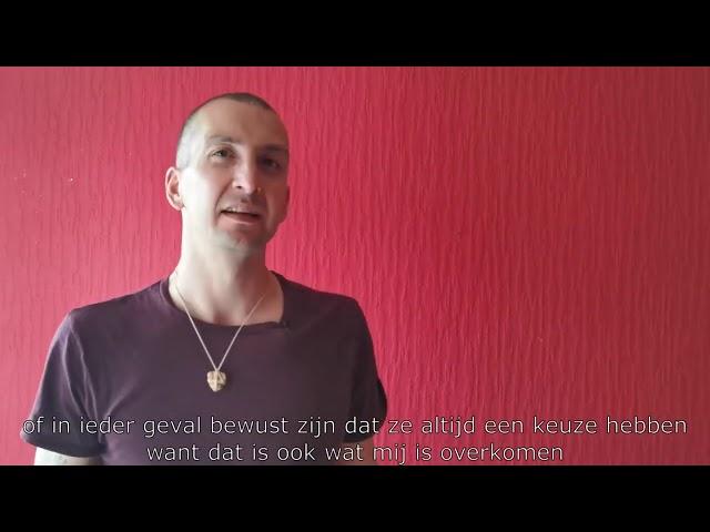 Glenn vertelt zijn verhaal tijdens de Fataal Schooltour