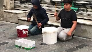 Kovalarla Taksim Meydanı'nda Müzik Yapan Çocuklara İnanamayacaksınız