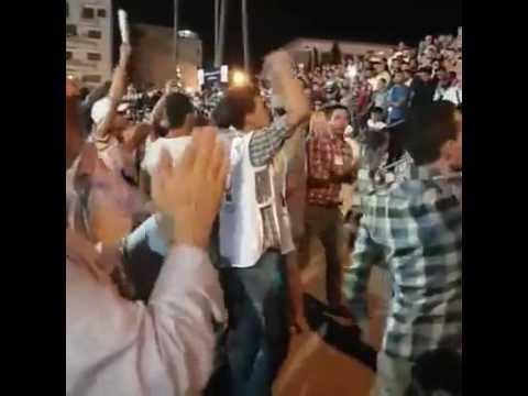 """مواطنون يطردون """"بنكيران"""" في تطوان ويرفعون شعار """"ارحل"""" في وجهه خلال مهرجان خطابي، قبل أن يتم تهريبه من طرف قبل أتباعه."""