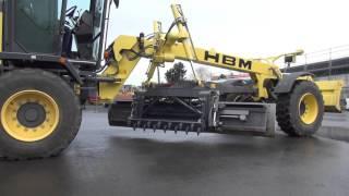 HBM Grader mit Aufreißer für Fahrspuren auf Schotterstrassen