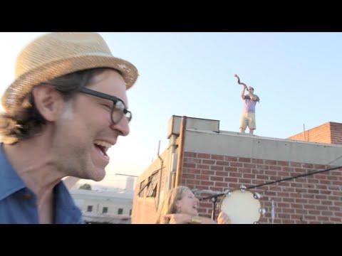 Street Cantor Leads Community in Rooftop Halllelujah