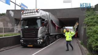 Vrachtwagen muurvast onder viaduct 's-Gravendijkwal Rotterdam