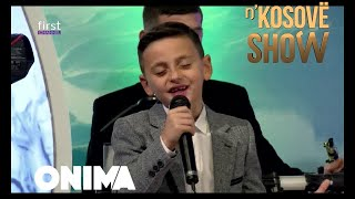 Deoni 8 vjeqar me zerin e tij mahnite dhe emocionon Elvis Nacin