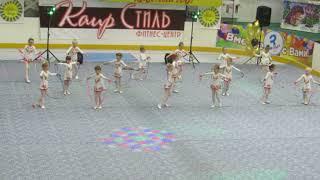 детский танец  скакалками