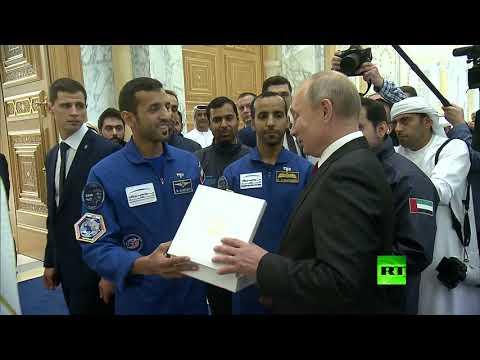 رائد الفضاء الإماراتي يتحدث الروسية مع بوتين ويمنحه هدية  - 22:54-2019 / 10 / 15