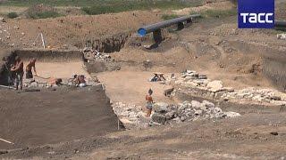 В Крыму обнаружили древнегреческую крепость(Российские учёные в ходе раскопок на Керченском полуострове нашли крепость времен античности, построенную..., 2016-08-18T11:31:02.000Z)