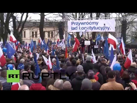 Poland: Thousands rally over government's constitutional court reform