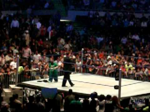 WWE SmackDown world tour 07/10/10 - hornswoggle y tony chimel regalan camisetas