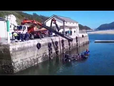 Un camión se precipita al mar en O Barqueiro