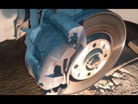 Замена передних тормозных колодок Пежо 308. Front brake pads replacement Peugeot 308