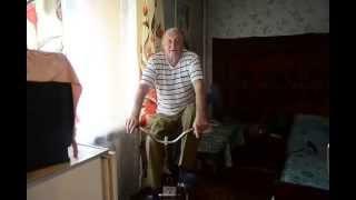 80-летний пенсионер на самодельном тренажере