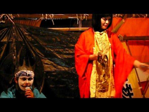蛇を食べる女性(川越祭り連啓寺見世物小屋)Japanese woman who eats a snake.