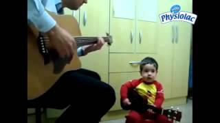 2 bố con chơi đàn gitar cực chất hot nhất 2013
