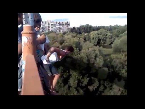 Попрощался с друзьями перед прыжком с моста