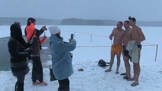 У житомирському гідропарку з самого ранку люди занурюються у крижану воду