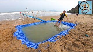 Даня и Диана делают бассейн в песке и играют в машинки игрушки в воде. МанкиТайм