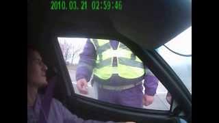Инспектор хочет показать свое водительское удостоверение.(09-10-2013 Неудачный развод на левый знак