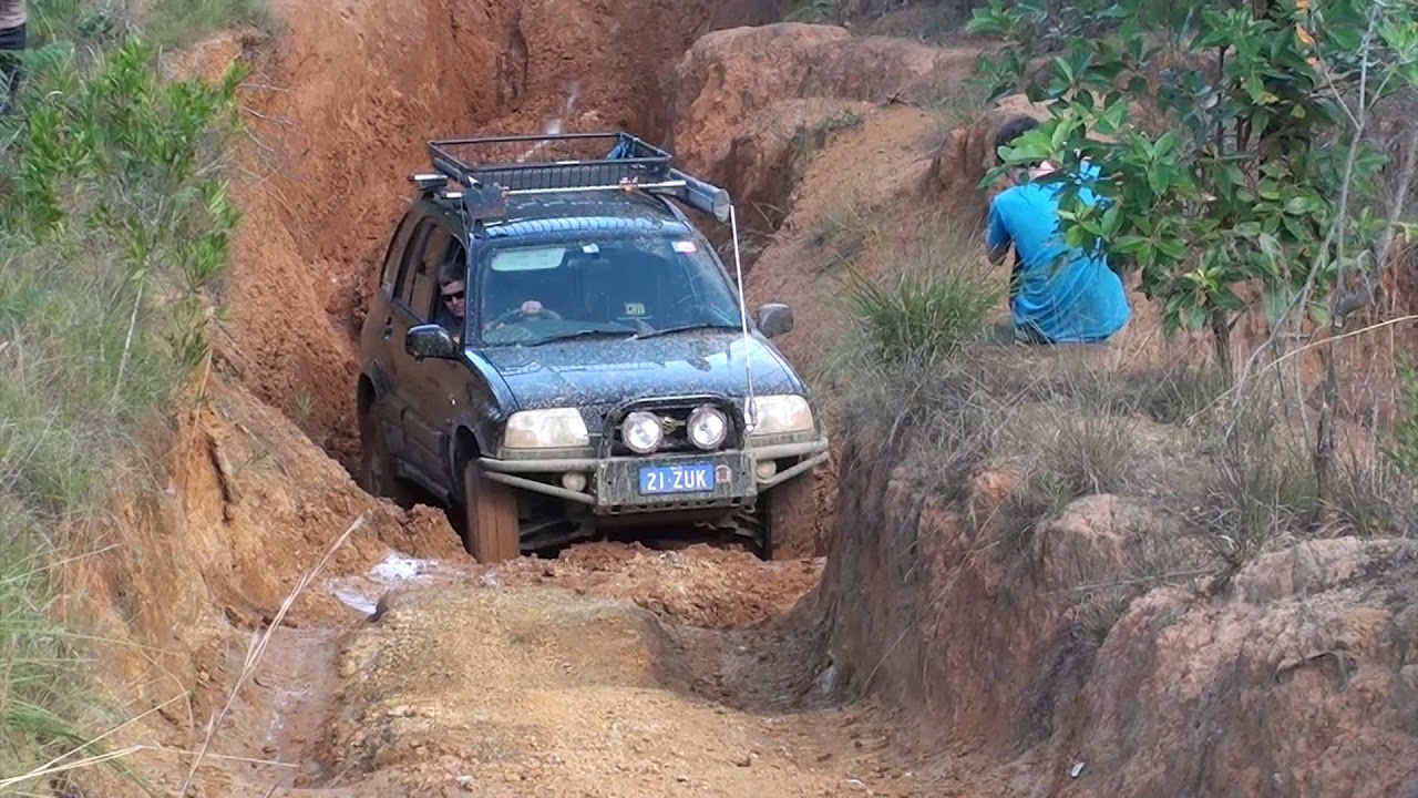 Modified Suzuki Grand Vitara 4x4 offroad tough tracks @ Glasshouse Mountains