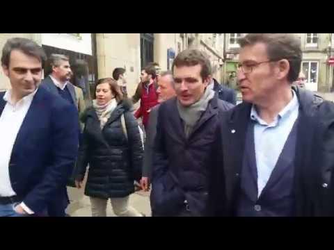 Feijóo y Casado dan un paseo por el casco histórico de Santiago