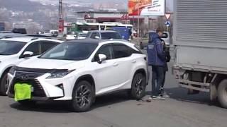 Lexus, сдавая задним ходом, протаранил проезжающий грузовик