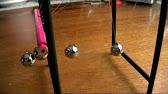 Среди них – призма и колыбель ньютона, теорема и чаша пифагора, волновой маятник, мост леонардо да винчи, лампочка эдисона, плазменный шар, а также предшественник калькулятора – арифмоментр, электронные часы, которые работают от обычных яблок. Созданием выставки занимались.