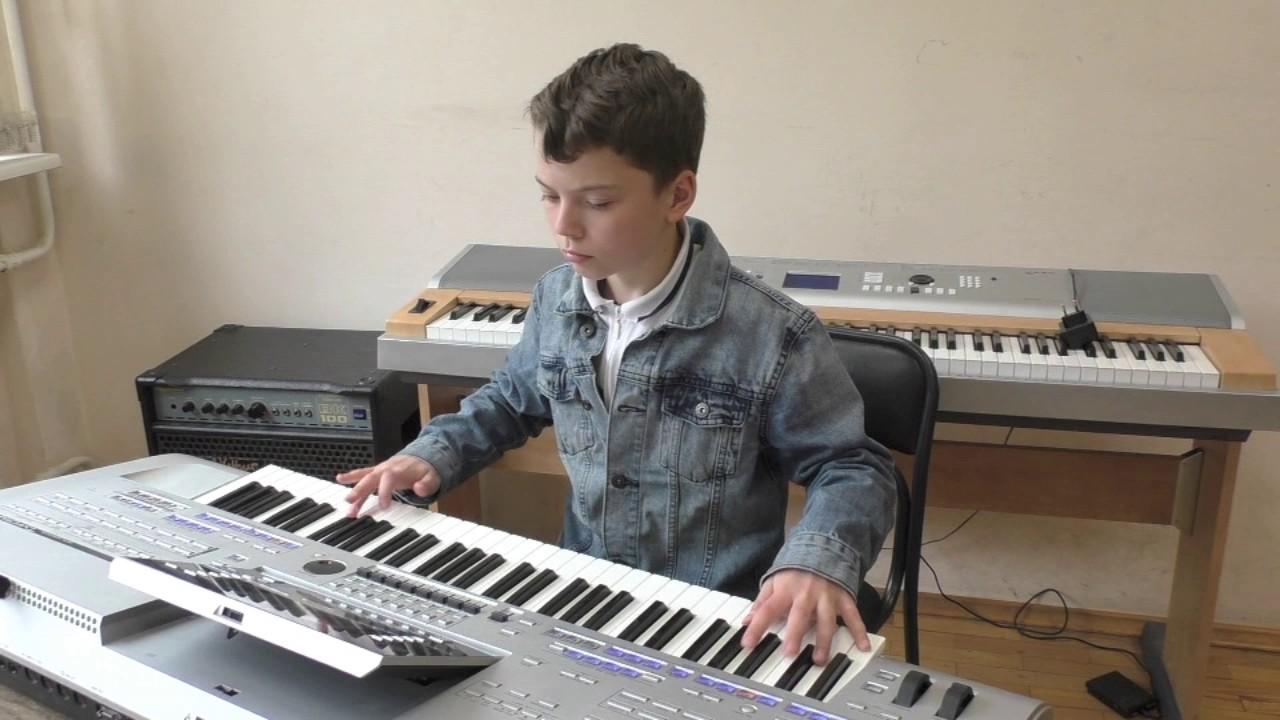 Картинка клавишник за синтезатором