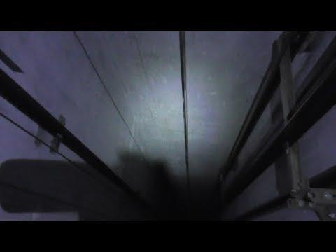 Как можно УПАСТЬ В ШАХТУ при попытке выбраться из застрявшего лифта?
