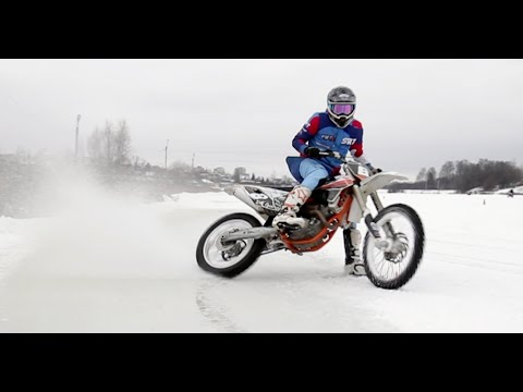 Учимся дрифтить на мотоцикле. Езда на мотоцикле зимой. Зимний дрифт на мотоцикле.
