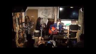 15年9月27日(日)広島市南区、フォーク喫茶「置時計」にて♪ 白いギターと...