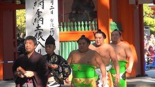 大相撲九州場所を前に、横綱による恒例の奉納土俵入りが行われ、参道を...