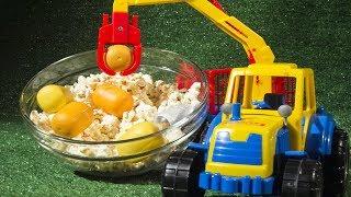 Мультик про трактор. Трактор достаёт  Капсулы от Киндер-сюрпризов вместе с Лёвой из попкорна!