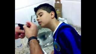 vinicius colocando brinco