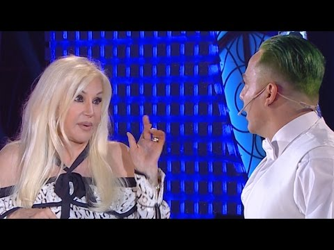 Con pelo verde y muy elegante, Cristian Castro se adueñó del show y besó en la boca a Susana