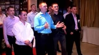 Відеозйомка весілля на дві камери. Молода кидає букет. Свадьба Ужгород 17.04.2010. Ресторан Прага