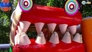 Парк Развлечений для детей - Детская площадка и Страшный Батут Маленькая девочка Плачет