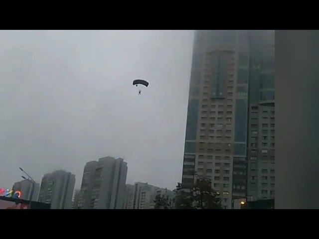 В Москве парашютисты-экстремалы приземлились на проезжую часть.