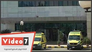 سيارات الإسعاف تصل مبنى خدمات مطار القاهرة لنقل أهالى الطائرة المفقودة بعد إغمائهم